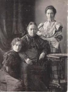 Евдокия Евтихиевна Пугасова с дочерьми