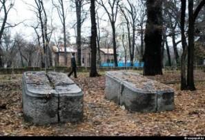 Кому мешают парковые могилы?