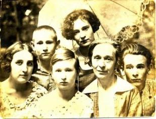 Бабушка Евдокия Никитична с детьми